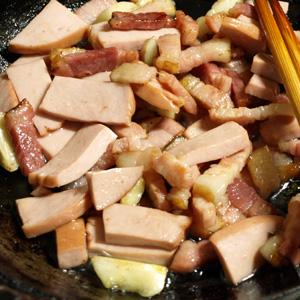 ベーコンをにんにくと一緒に炒める。