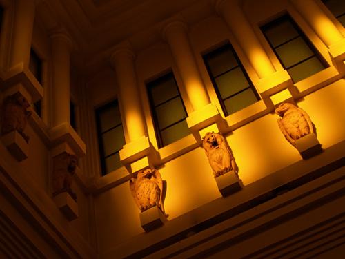 天井近くの像