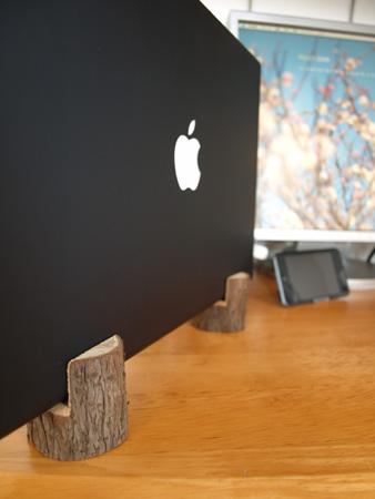 リッドクローズドモードで使用中のMacBook