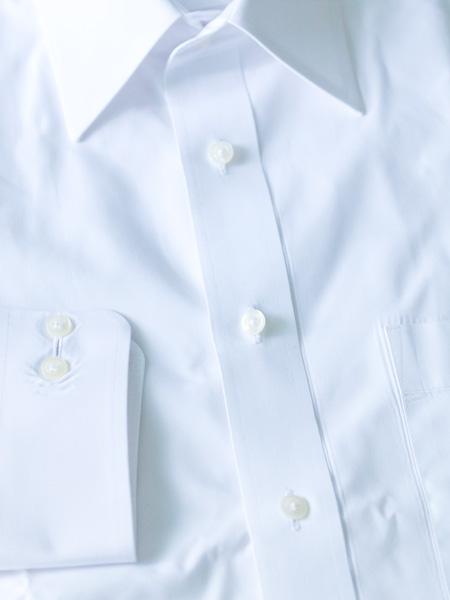 何の変哲もない白無地のワイシャツ