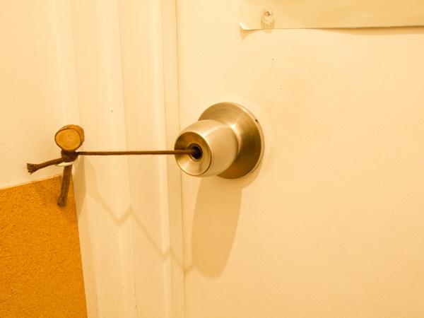 中から。鍵をかけている