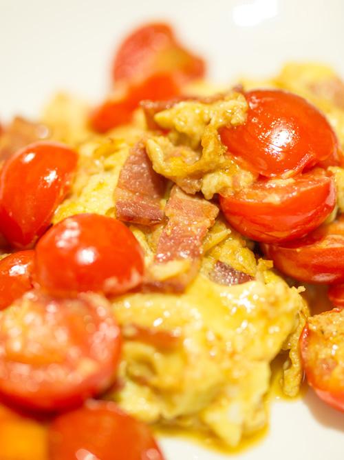 トマトとベーコンの玉子炒め